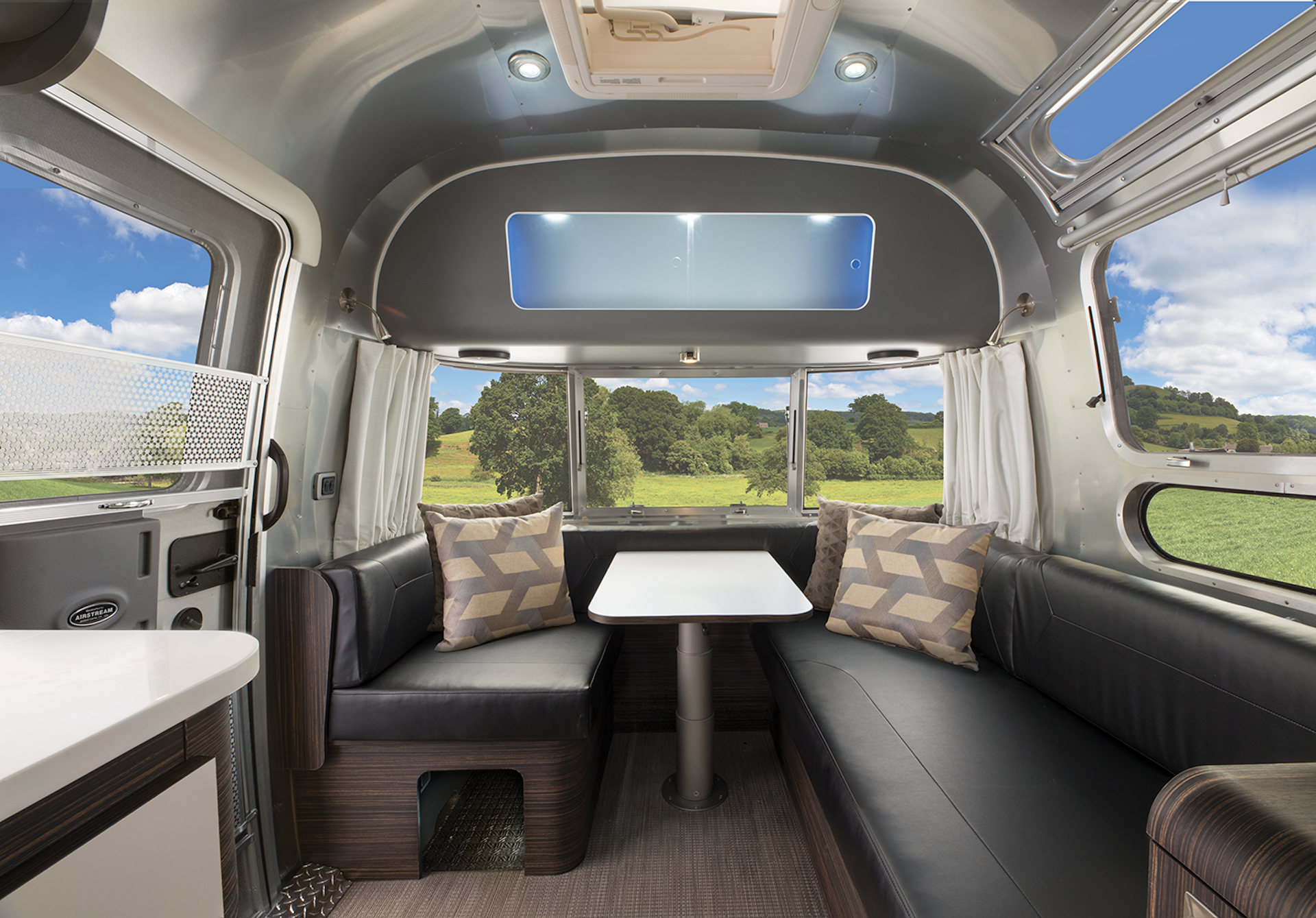2021Airstream604-lounge2
